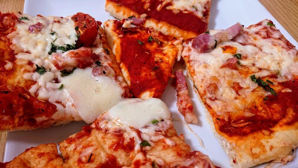 焼いた後のパンチェッタモッツアレラピザ